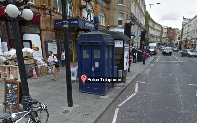 Vue de la rue avec la cabine téléphonique Dr Who
