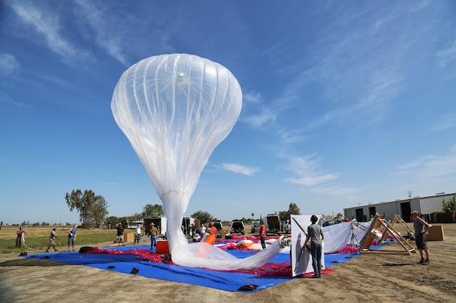 Préparation d'un ballon Google Loon pour le décollage