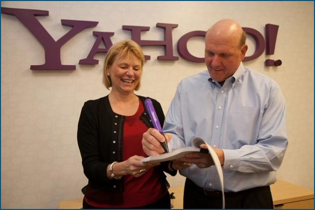 Carol Bartz et Steve Ballmer lors de la signature de l'accord de partenariat Yahoo / Bing
